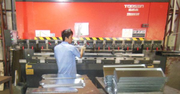 不锈钢垃圾桶制作液压剪板机加工使用介绍